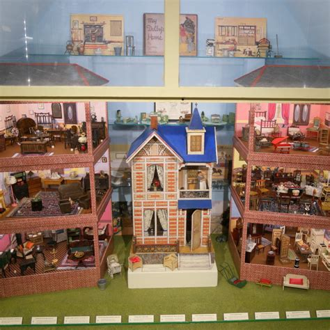 Category:Antique and Vintage Dollhouse Miniatures (display